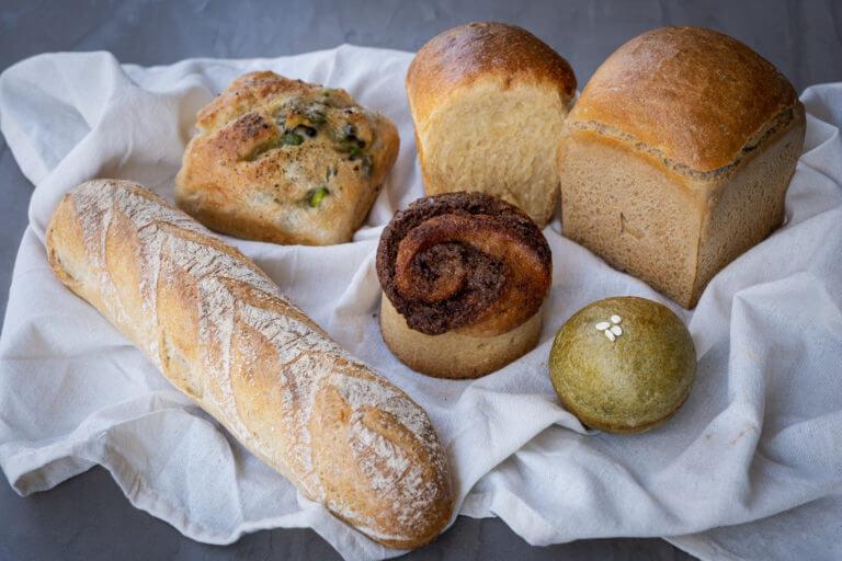 国産有機栽培小麦専門のベーカリーカフェ ecomo Bakeryのおまかせパンセット