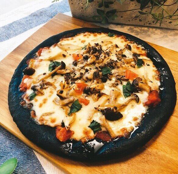 ボルベールの竹炭ピザ 3種キノコのガーリック